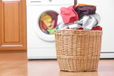 Foto de Laundry basket on the background of the washing machine. - Imagen libre de derechos