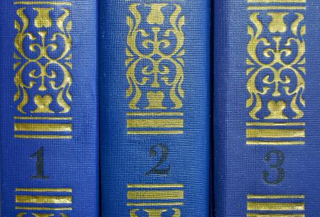 Foto de the pattern on the covers of three volumes of old books close-up - Imagen libre de derechos