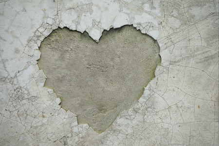 Foto de Heart shaped crack on the wall revealing the inner cement texture - Imagen libre de derechos