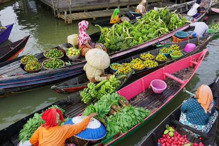 Photo pour Pasar Terapung or floating market is traditional markets in Banjarmasin, South Kalimantan - image libre de droit