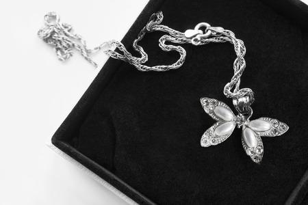 Photo pour Vintage silver pearl pendant with silver chain in black jewel box closeup - image libre de droit