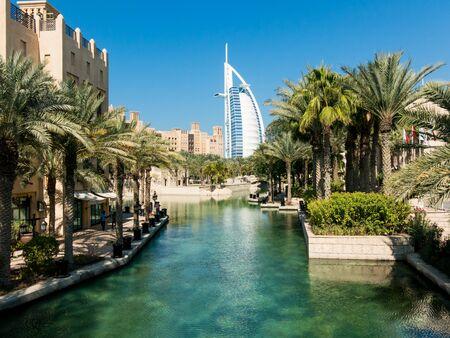 Photo pour Madinat Jumeirah Resort and tower of Burj al Arab Hotel in Dubai, United Arab Emirates - image libre de droit