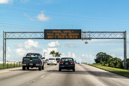 Foto de Electronic variable message board on matrix billboard on highway in Florida warning drivers not to text and drive - Imagen libre de derechos
