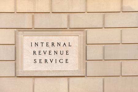 Photo pour Sign on IRS headquarter building in downtown Washington, DC - image libre de droit