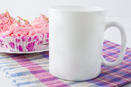 Foto de Coffee mug mockup with checkered napkin. White mug mockup. Mug Product Mockup. Styled mockup. Product mockup. White cup mockup. Cup mockup. Empty Mug Mockup.  Blank mug. - Imagen libre de derechos