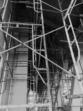 Photo pour Construction workers on a scaffold. Black and white. - image libre de droit