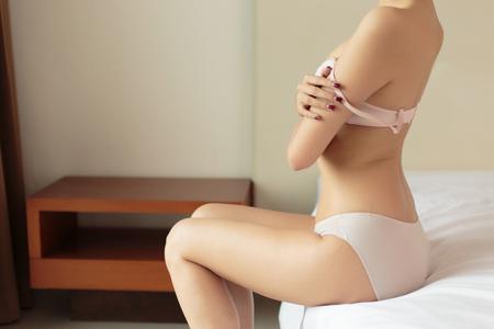 Photo pour Young woman model in Lingerie posing on the bed - image libre de droit