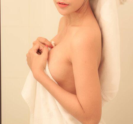 Photo pour Beautiful slim body of woman wrapped with towel after bath. - image libre de droit