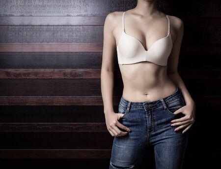Photo pour Beautiful slim woman body on wooden background - image libre de droit