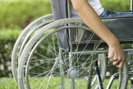 Photo pour woman using a wheelchair in a park - image libre de droit