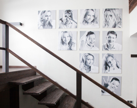 Foto de Family photos on the wall. Portraits of family stairwell - Imagen libre de derechos