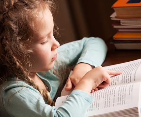 Photo pour Girl reading book. Child education - image libre de droit