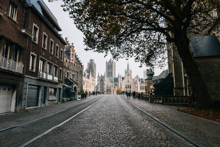 Photo pour Beautiful medieval city of Ghent with Gothic cathedral in the background - image libre de droit