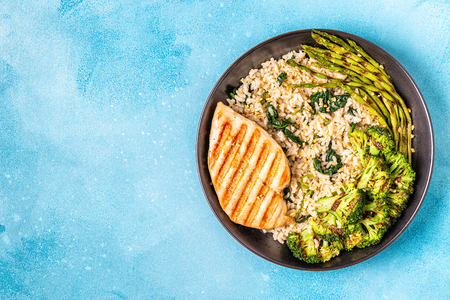 Photo pour Grilled chicken breast with brown rice, spinach, broccoli, asparagus, concept of diet, healthy eating. - image libre de droit
