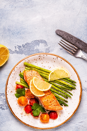 Photo pour Grilled salmon with asparagus and tomatoes, top view. - image libre de droit