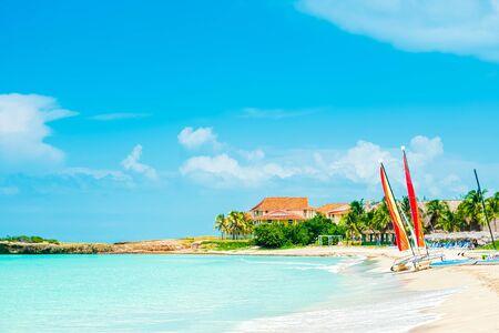 Photo pour Idyllic tropical beach vacation. - image libre de droit