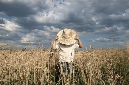 Photo pour Boy in a whet field - image libre de droit