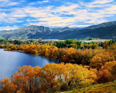 Photo pour Autumn view of Lake Hayes, South Island, New Zealand - image libre de droit