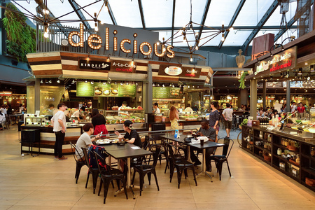Foto de BANGKOK, THAILAND - JUNE 20, 2015: Siam food court interior. There are a lot of cafes and restaurants in shopping malls and department stores of Bangkok - Imagen libre de derechos