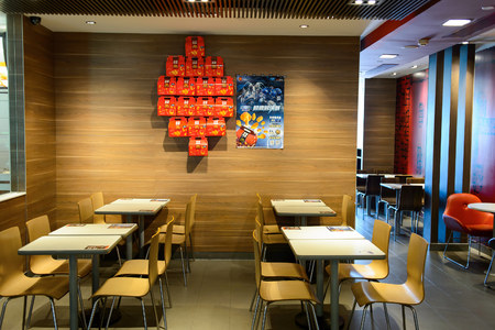 Photo pour SHENZHEN, CHINA - MAY 25, 2015:  interior of McDonald's restaurant. McDonald's is the world's largest chain of hamburger fast food restaurants, founded in the United States. - image libre de droit
