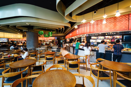 Photo pour SINGAPORE - NOVEMBER 08, 2015: food court in The Shoppes at Marina Bay Sands. The Shoppes at Marina Bay Sands is one of Singapore's largest luxury shopping malls - image libre de droit