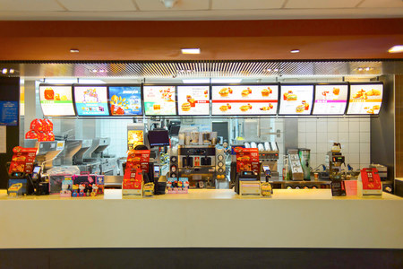 Foto de SHENZHEN, CHINA - MAY 25, 2015:  interior of McDonald's restaurant. McDonald's is the world's largest chain of hamburger fast food restaurants, founded in the United States. - Imagen libre de derechos