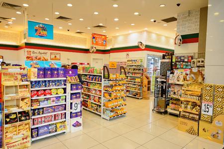 Photo pour SINGAPORE - NOVEMBER 08, 2015: interior of 7-Eleven store. 7-Eleven is an international chain of convenience stores - image libre de droit