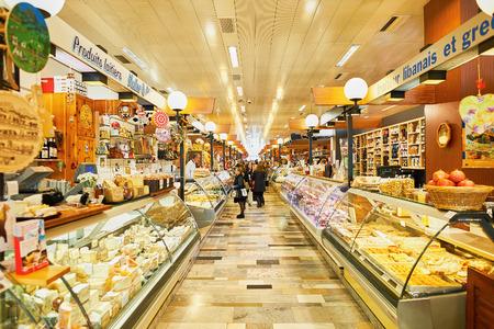 Foto für GENEVA, SWITZERLAND - NOVEMBER 18, 2015: interior of La Halle de Rive. Halle de Rive is indoor food market in Geneve, Switzerland. - Lizenzfreies Bild