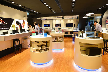 Photo pour HONG KONG, CHINA - FEBRUARY 04, 2015: shopping center interior. In Hong Kong a wide selection of clothing boutiques, designer flagship stores, restaurants, daily shows and exhibitions - image libre de droit