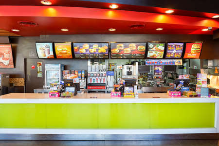 Foto de PATTAYA, THAILAND - FEBRUARY 21, 2016: inside of McDonald's restaurant. McDonald's primarily sells hamburgers, cheeseburgers, chicken, french fries, breakfast items, soft drinks, milkshakes, and desserts - Imagen libre de derechos