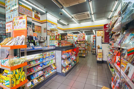 Photo pour MACAO, CHINA - FEBRUARY 17, 2016: interior of 7-Eleven store in Macao. 7-Eleven is an international chain of convenience stores. - image libre de droit