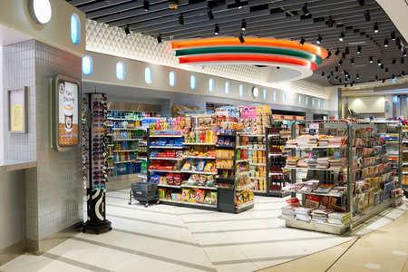 Photo pour HONG KONG - CIRCA NOVEMBER, 2016: a 7-Eleven store in Hong Kong. 7-Eleven is an international chain of convenience stores. - image libre de droit