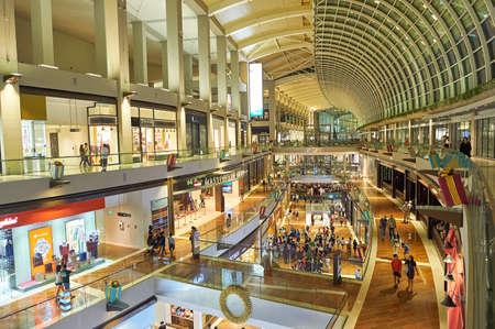 Foto de SINGAPORE - NOVEMBER 07, 2015: inside of The Shoppes at Marina Bay Sands. - Imagen libre de derechos