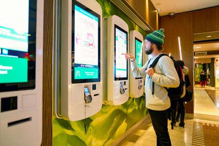 Photo pour MILAN, ITALY - CIRCA NOVEMBER, 2017: customer at a McDonald's store place orders and pay through self ordering kiosk. - image libre de droit