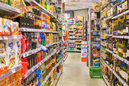 Photo pour MILAN, ITALY - CIRCA NOVEMBER, 2017: food products for sale in Carrefour Express store in Milan. - image libre de droit