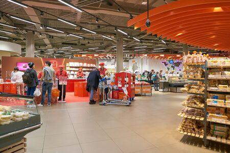 Foto für ZURICH, SWITZERLAND - CIRCA OCTOBER, 2018: interior shot of Migros supermarket in Zurich International Airport. Migros is Switzerland's largest retail company. - Lizenzfreies Bild
