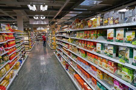Photo pour ZURICH, SWITZERLAND - CIRCA OCTOBER, 2018: interior shot of Coop grocery store in Zurich. - image libre de droit