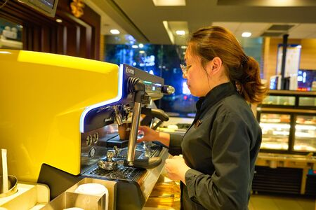 Photo pour SHENZHEN, CHINA - CIRCA APRIL, 2019: barista prepare coffee at McCafe in Shenzhen, China. - image libre de droit