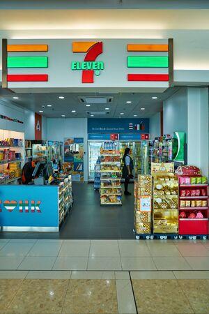 Photo pour HONG KONG, CHINA - CIRCA NOVEMBER, 2019: 7-eleven convenience store in Hong Kong International Airport. - image libre de droit