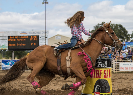 Photo pour Barrel racing action at the Cottonwood Rodeo in northern California on May 8th, 2016. - image libre de droit