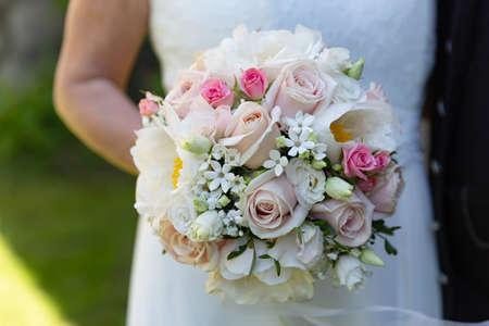 Photo pour Bride Holding Blooming Flowers in Detail - image libre de droit