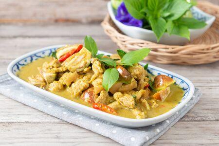Photo pour Green curry (Kaeng kheiyw hwan) with Thai food - image libre de droit