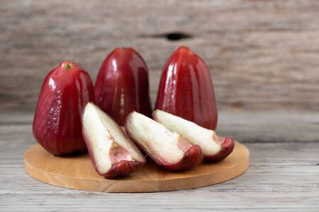 Photo pour Thailand rose apple fruit flavors of sweet red gloss. Rose apple on wood background - image libre de droit