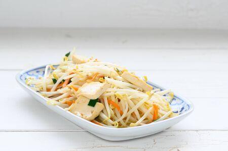 Photo pour Stir Fried Bean Sprouts with tofu and scallion. Asian vegetable stir fry , asian food - image libre de droit