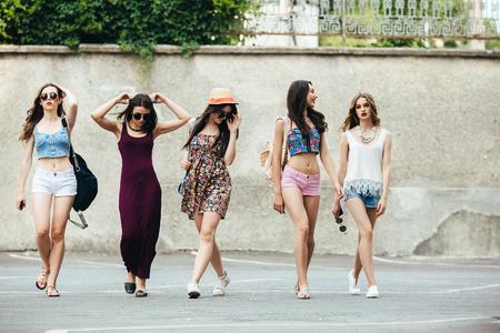 Photo pour Five young beautiful girls having fun outdoors - image libre de droit