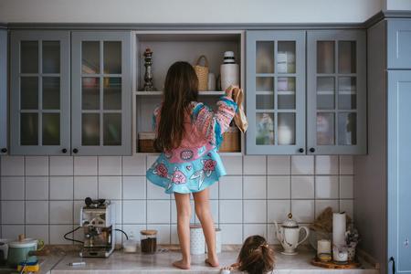 Photo pour little girl opens the closet - image libre de droit