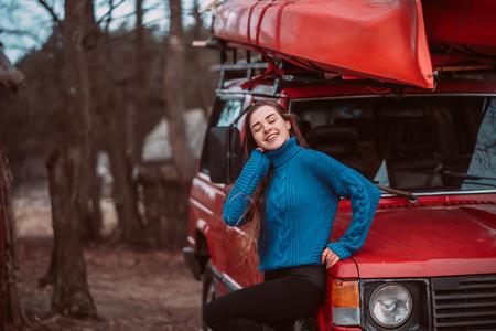Photo pour Beautiful young girl posing outdoor on camera - image libre de droit