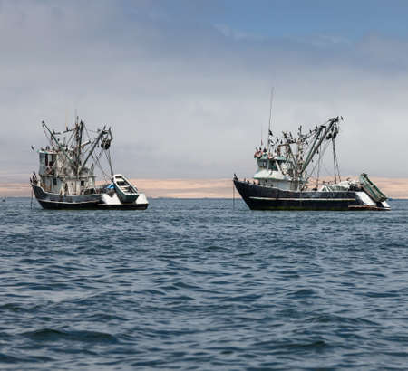 Photo pour fishing boats in the bay of Pacific Ocean - image libre de droit