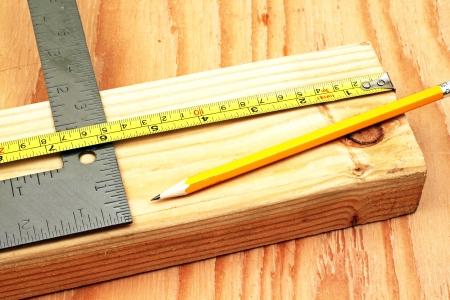 Photo pour Cutting Lumber - image libre de droit