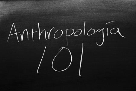 Las palabras Antropología 101 en una pizarra con tiza